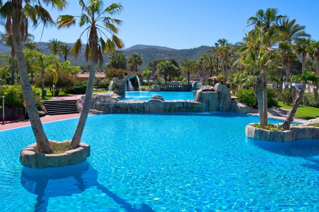 Camping en benidorm con piscinas camping villamar for Piscina climatizada benidorm