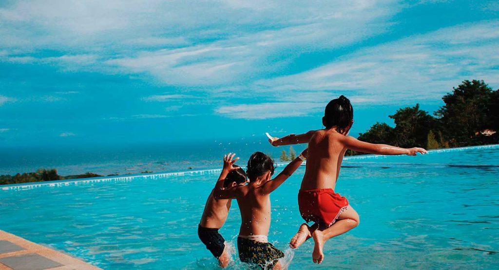 ¿Por qué elegir un camping con playa y piscina?